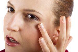 Massage dưỡng ẩm cho mắt